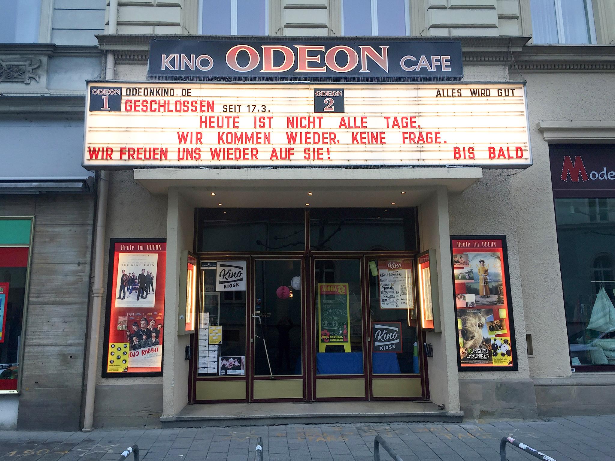 """Das Odeon-Kino auf dessen Anzeigetafel bis vor Kurzem die Worte """"Heute ist nicht alle Tage, wir kommen wieder, keine Frage"""" zu lesen standen, Foto: Diana Linz"""
