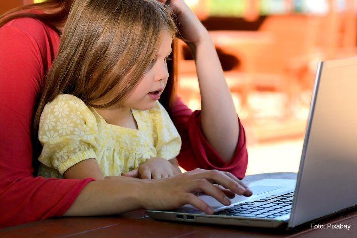 Soziale Medien: Kind am Computer