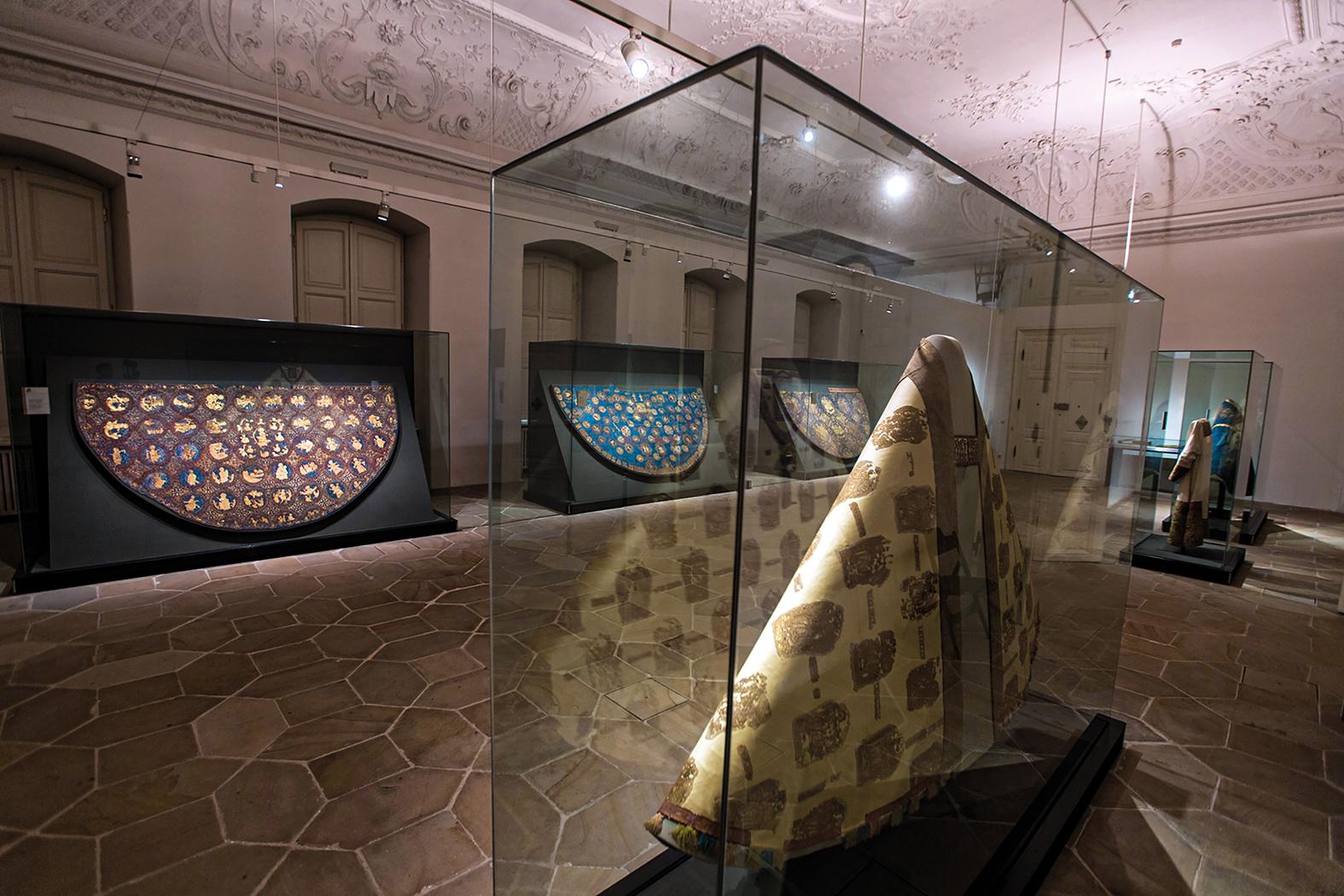 Die sechs Kasiergewänder im Steinsaal des Diözesanmuseums