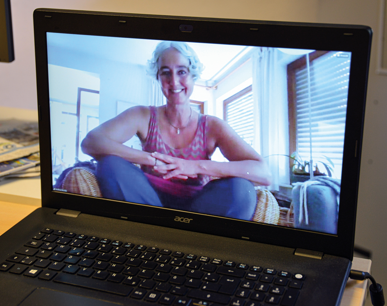 VHS Bamberg: Yoga-Lehrerin Andrea Brocke bei einem Online-Yoga-Kurs