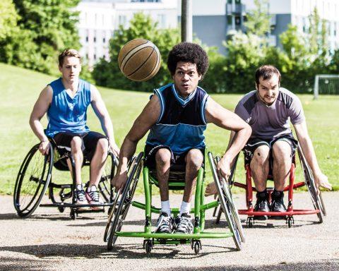 goolkids: Sportrollstuhl-Baskettballer in Aktion